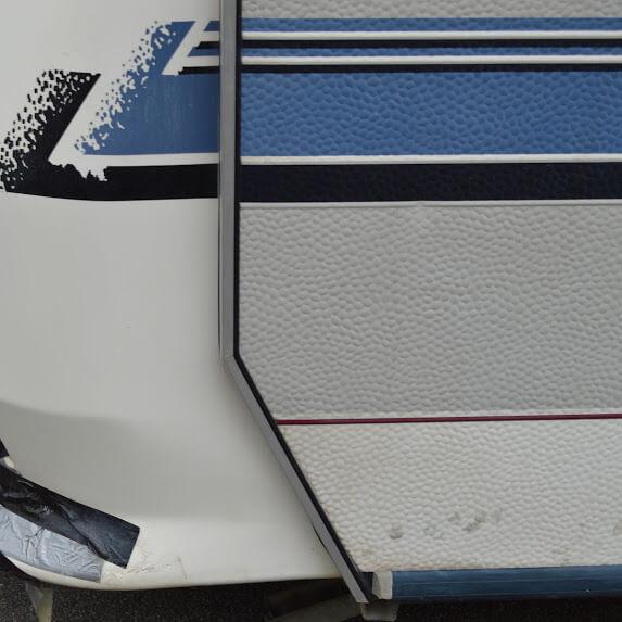 Schaden Seitenwand Wohnwagen